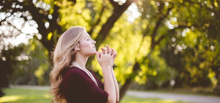 Qué dice la biblia sobre usar aretes y joyas